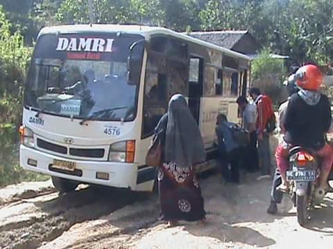 bus damri yang melintas di kecamatan tabulahang-mambi