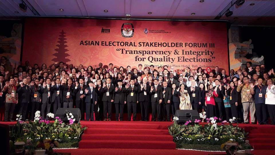 Foto bersama peserta Asian Electoral Stakeholder Forum (AESF III) yang berlangsung di Bali, 22 - 26 Agustus 2016.