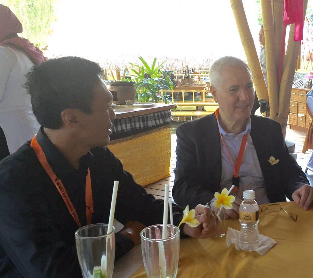 Ketua KPU Sulawesi Barat Usman Suhuriah (kiri) berbincang dengan Delegasi atau Utusan dari Organisasi Konferensi Islam (OKI), Bali, 25 Agustus 2016.