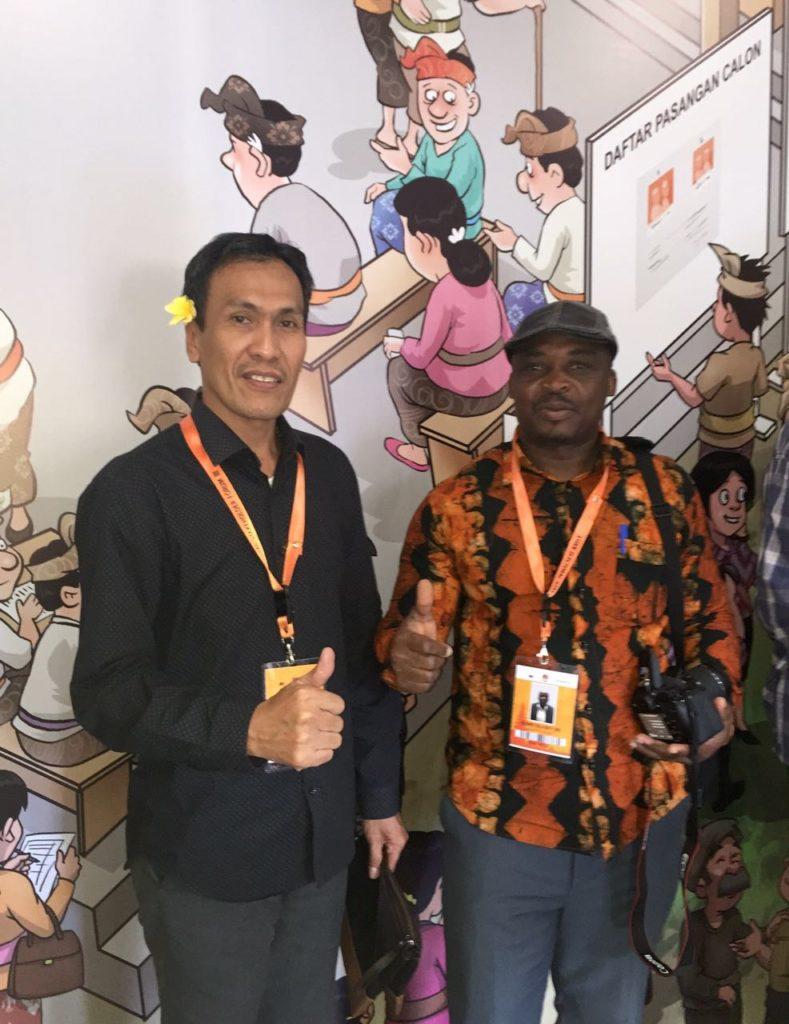 Ketua KPU Sulawesi Barat Usman Suhuriah (kiri) bersama Delegasi dari Afrika, Bali, 25 Agustus 2016.