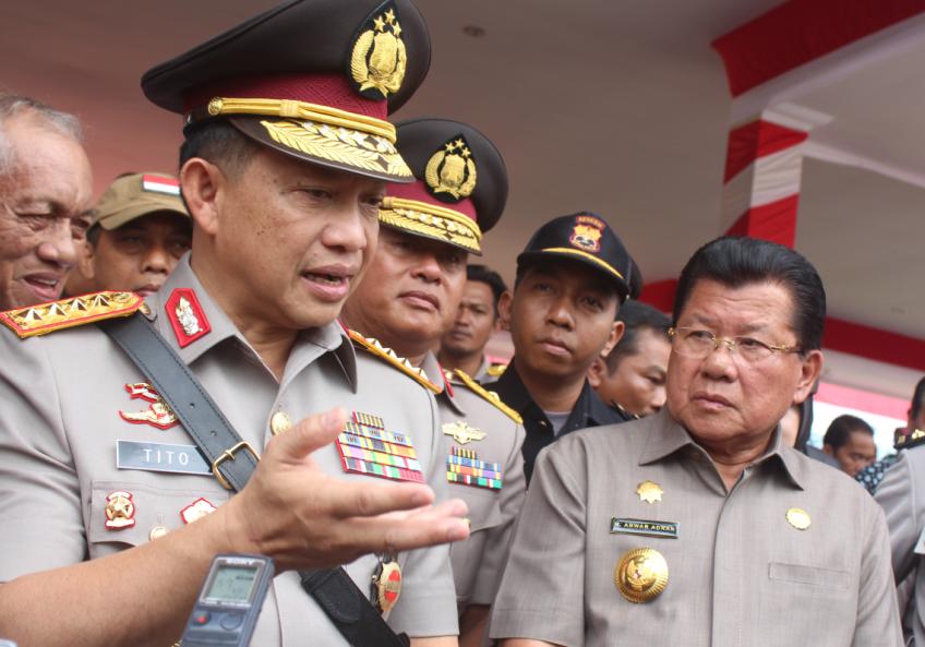 Kapolri Jenderal Tito Karnavian (kiri) bersama Gubernur Sulawesi Barat Anwar Adnan Saleh (kanan), Mamuju, 22 Agustus 2016. (Foto: Zulkifli)