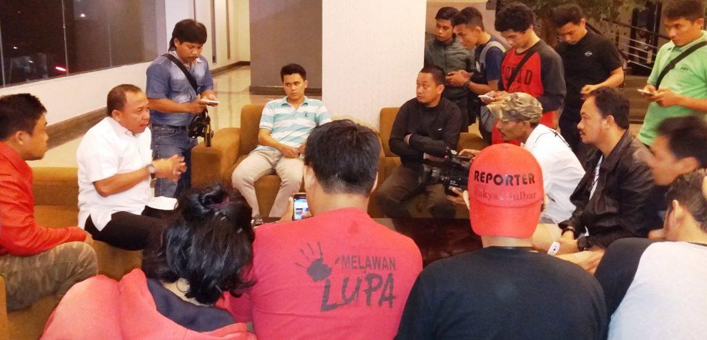 Ketua Tim Pemenangan ABM-Enny se-Sulbar Agus Ambo Djiwa (kiri-kemeja putih) sedang beri keterangan pers di d'Maleo Hotel, Mamuju, Rabu malam, 21 September 2016. (Foto: Andi Arwin)