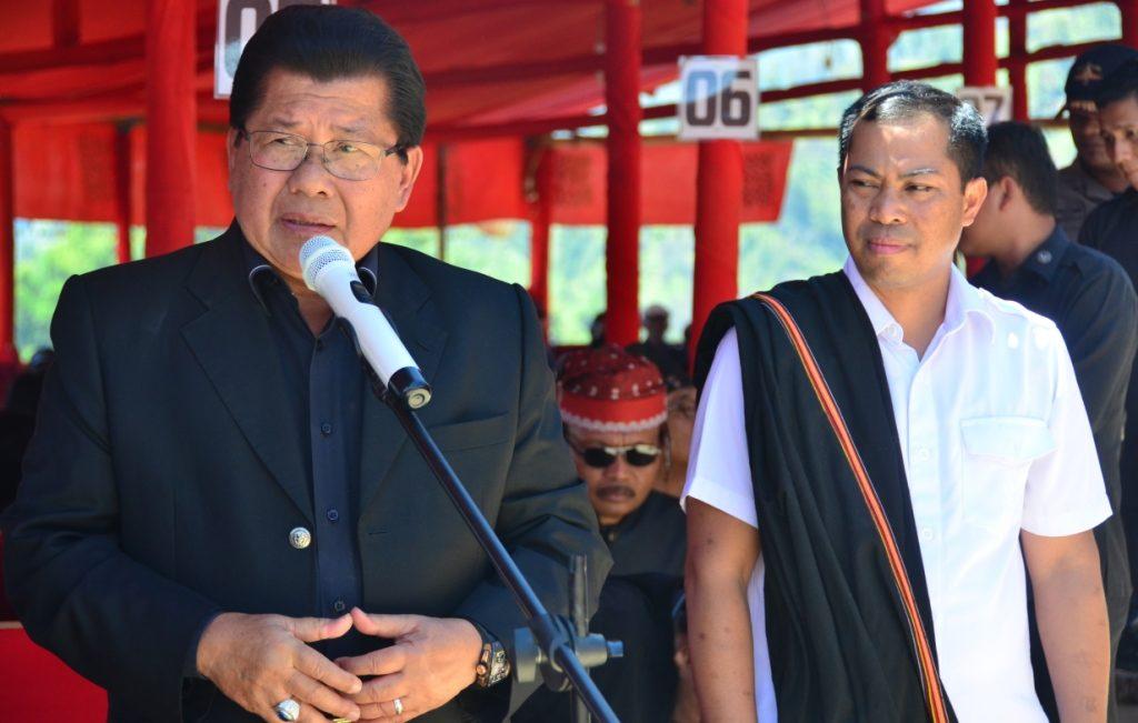 Haji Anwar Adnan Saleh (kiri) beri sambutan dalam acara Rambu Solok Keluarga Almarhum Victor Paotonan, Paladan, Mamasa, Jumat siang, 9 September 2016. (Foto: Zulkifli)