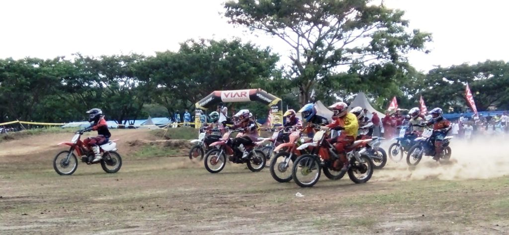 Tempat pelaksanaan Kejurnas Seri IX MotoCross di Polewali Mandar ini berdampingan dengan Lapangan Pacuan Kuda. (Foto: Andi Arwin)