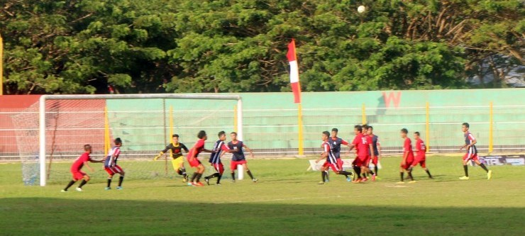 Pada pembukaan Kejuaraan Sepak Bola Dandim 1402 Polmas, diawali dengan pertandingan antara kesebelasan Tomadzio Putra Campalagian melawan PS Kanang Putra Binuang. Hasil akhir 2 - 0 untuk kemenangan Tomadzio Putra, Kamis, 8 September 2016. (Foto: Burhanuddin HR)
