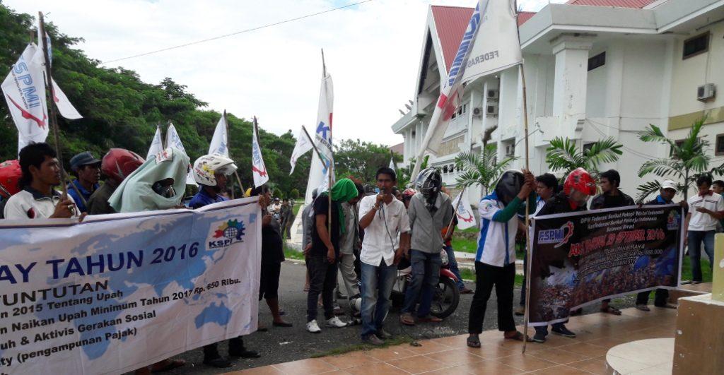 Para buruh di Matra sedang berdemo di depan Kantor Bupati Matra, Pasangkayu, Kamis, 29 September 2016. Pendemo ini kecewa sebab tak satu pun perwakilan Pemkab Matra yang menemui mereka. (Foto: Arham Bustaman)