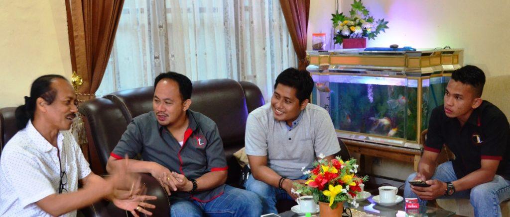 Zainal Tayeb atau Jenol (kiri) sedang bergurau kepada kru transtipo.com di rumah Caya, Mamasa, 3 September 2016. (Foto: Zulkifli)