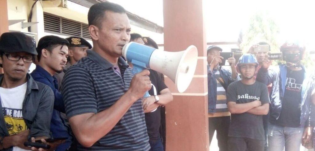 Ketika para pendemo tiba di halaman Mapolres Mamuju, Kapolres Mamuju Sonny Mahar Budi menerima mereka dan berlangsung dialog, Mamuju, Sabtu, 24 September 2016. (Foto: Andi Arwin)