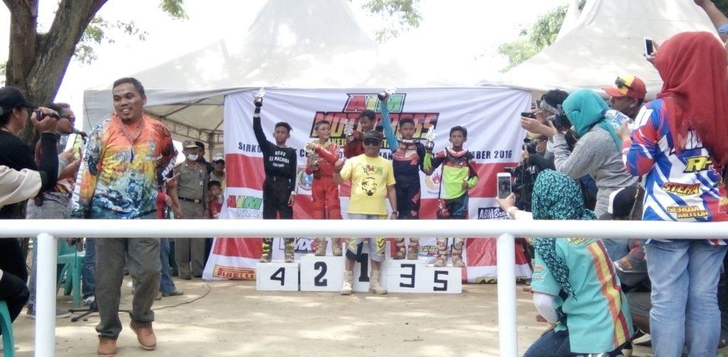 Ketua DPRD Polman Hamzah Haya (tengah berkaos kuning) seusai menyerahkan piala kepada para juara dalam ajang balap motor di Kejurnas yang berlangsung di Polewali Mandar, Minggu, 18 September 2016. (Foto: Andi Arwin)
