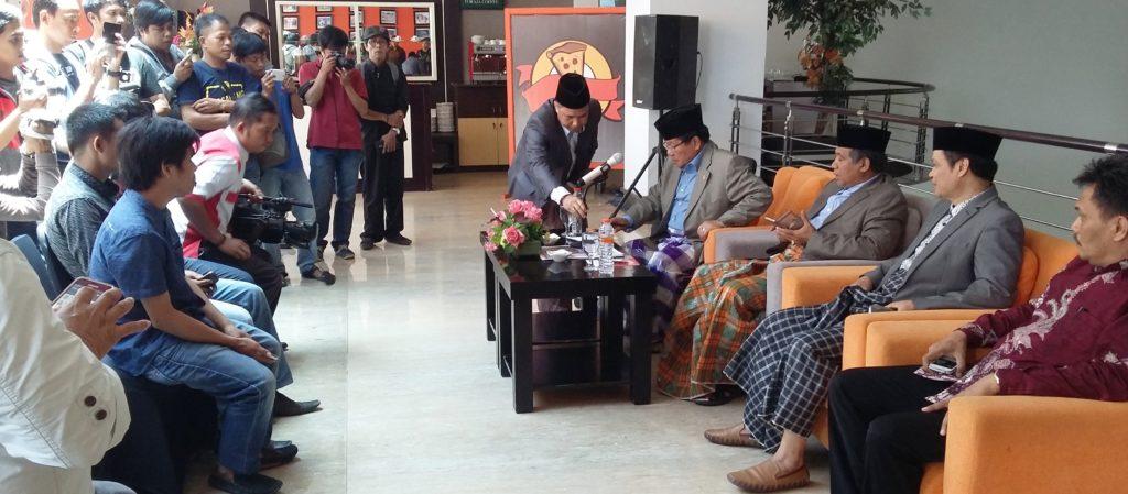 Persiapan jumpa pers Gubernur Sulbar Anwar Adnan Saleh dengan dua lusinan lebih wartawan di Sulbar, d'Maleo Hotel & Convention, Mamuju, Kamis siang, 29 September 2016. (Foto: Sarman SHD)