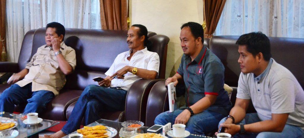 Ramlan Badawi (kiri) dan Zainal Tayeb (dua dari kiri) duduk bersama dengan Martinus Tiranda, dalam sebuah obrolan santai di Tatoa, Mamasa, Jumat sore, 9 September 2016. (Foto: Zulkifli)