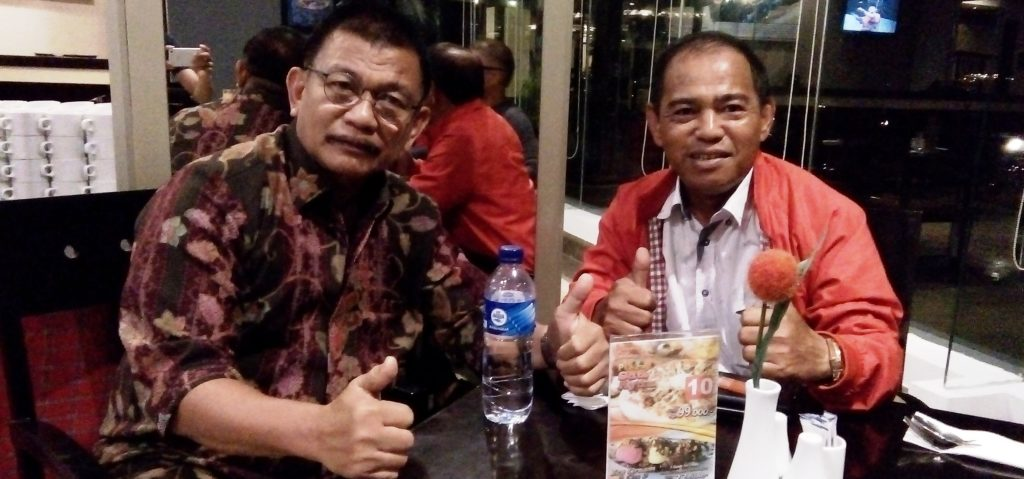 Ketua DPRD Matra Lukman Said (kanan) bersama Bupati Parigi Moutong, Sulteng, Samsulrizal Tombolotutu (kiri) di d'Maleo Hotel Mamuju, Rabu malam, 21 September 2016. (Foto: Andi Arwin)