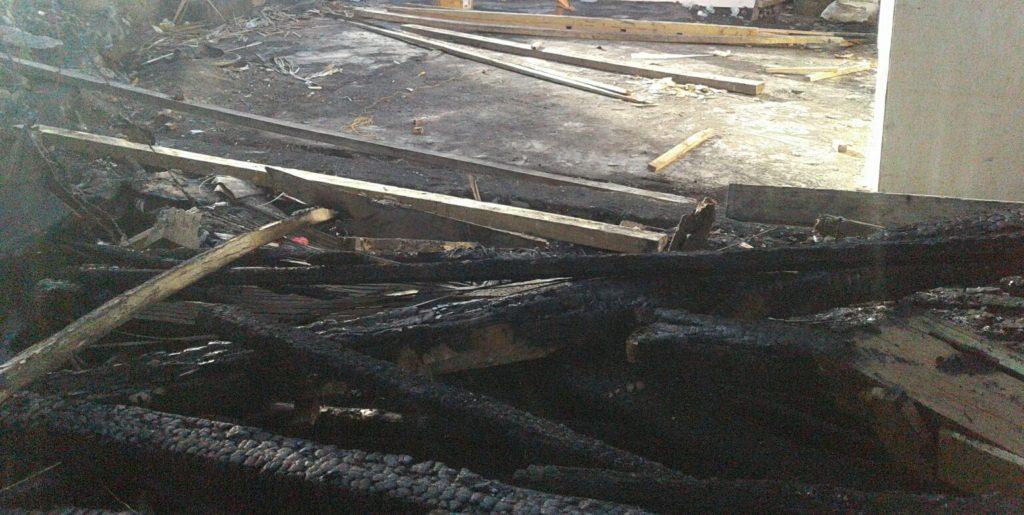 Tinggal puing-puing yang disisakan oleh si jago merah. Kini Andi Risman Djamual dan keluarganya hanya bisa meratapi seisi rumahnya yang luder terbakar pada Senin dini hari. (Foto: Zulkifli)