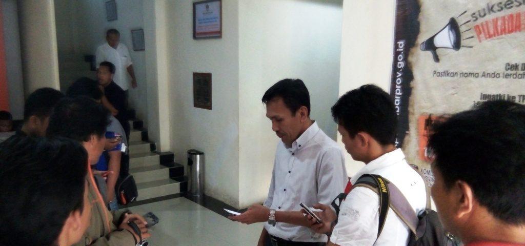 Ketua KPU Sulbar Usman Suhuriah (kedua dari kanan, kemeja putih) ketika bersama sejumlah wartawan di Kantor KPU Sulbar, Kamis sore, 29 September 2016. (Foto: Andi Arwin)