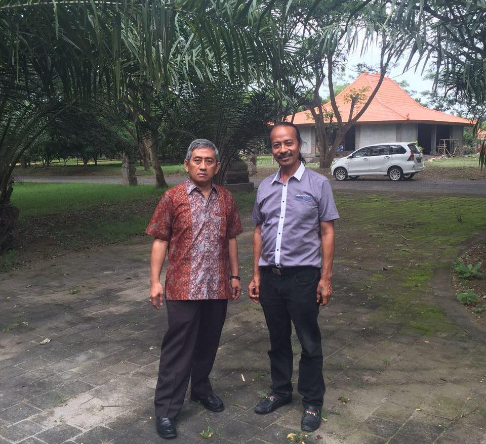 Ali Baal Masdar (kiri) menyewa mobil avanza berwana putih setibanya di parkiran Bandara Ngurah Rai, Denpasar (mobil sewaan itu tampak di belakang ABM dan Jenol). Keduanya jalan-jalan di kebun milik Jenol di Desa Kaba-kaba, Denpasar, Bali, Selasa, 11 Oktober 2016. (Foto: Ist.)