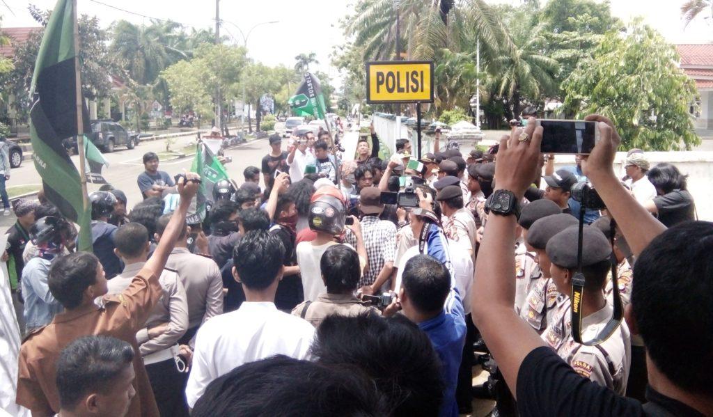 HMI Cabang Manakarra berdemonstrasi siang tadi, Senin, 10 Oktober 2016. Tampak mahasiswa dan polisi seolah bersitegang di lokasi unjuk rasa, perempatan Jalan Ahmad Kirang, Mamuju. (Foto: Risman Saputra)