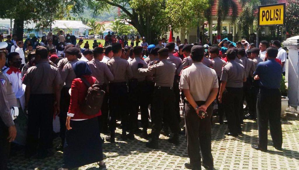 Tampak aparat kepolisian berjaga-jaga ketika IMM Mamuju berdemo di Jalan Ahmad Kirang Mamuju atau di depan kantor Polda Sulbar, Senin siang, 17 Oktober 2016. (Foto: Fatir)