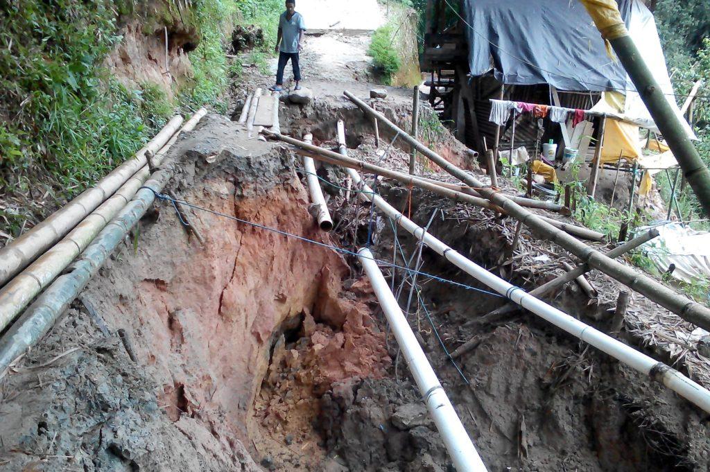 Jembatan yang menghubungkan dua desa yakni Buntubuda dan Mambulilling rusak parah. Hubungan antardua desa di Mamasa ini terputus pula. Longsong terjadi beberapa waktu lalu. (Foto: Frendy Cristian)
