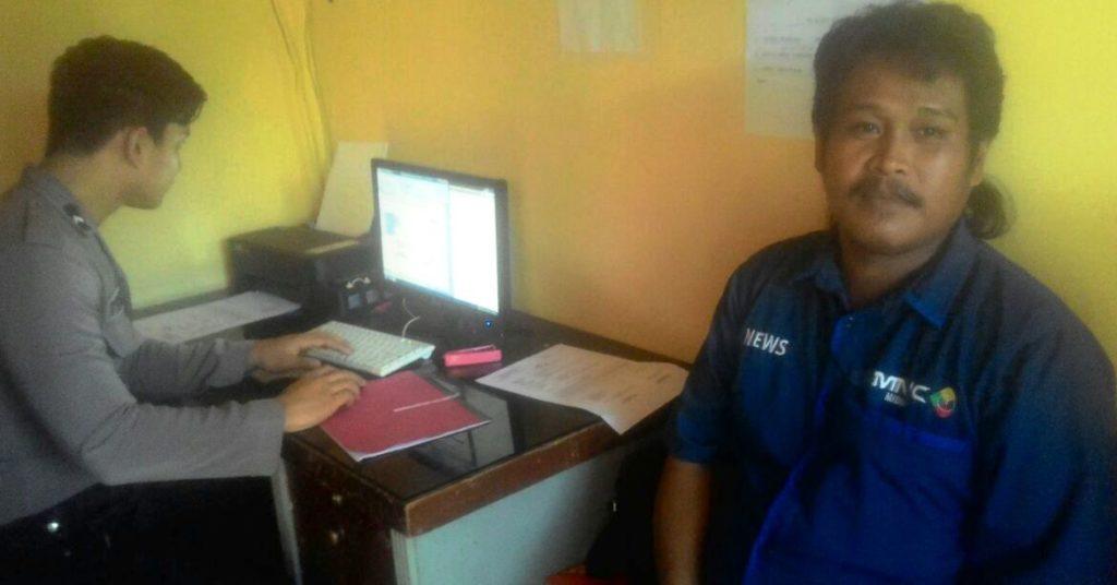 Joni, wartawan atau kontributor salah satu tv swasta nasional yang bertugas di Matra sedang beri keterangan atas kejadian yang menimpanya di Kantor Polres Matra, Kamis, 13 Oktober 2016. (Foto: Arham Bustaman)
