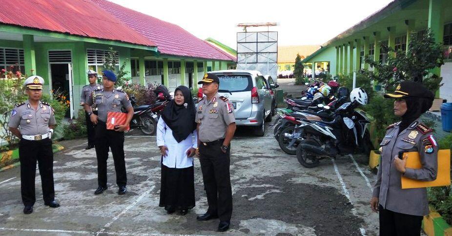 Seusai bertindak selaku pembina upacara bendera Merah Putih, Kapolda Sulbar Lukman Wahyu Hariyanto (dua dari kanan) foto bersama dengan pimpinan MAN Mamuju, Senin pagi, 3 Oktober 2016. (Foto: Mashura)