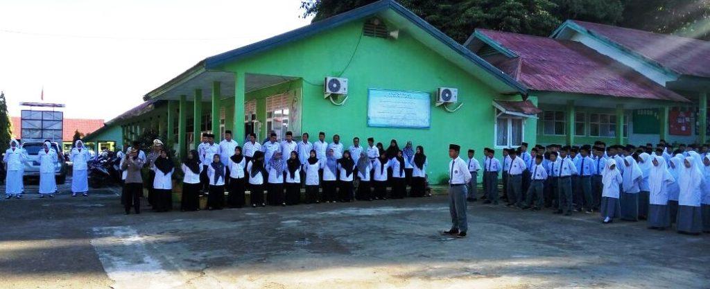 Upacara bendera di sekolah MAN Mamuju, Senin pagi, 3 Oktober 2016. Kapolda Sulbar Brigjen Pol bertindak selaku pembina upacara. (Foto: Mashura)