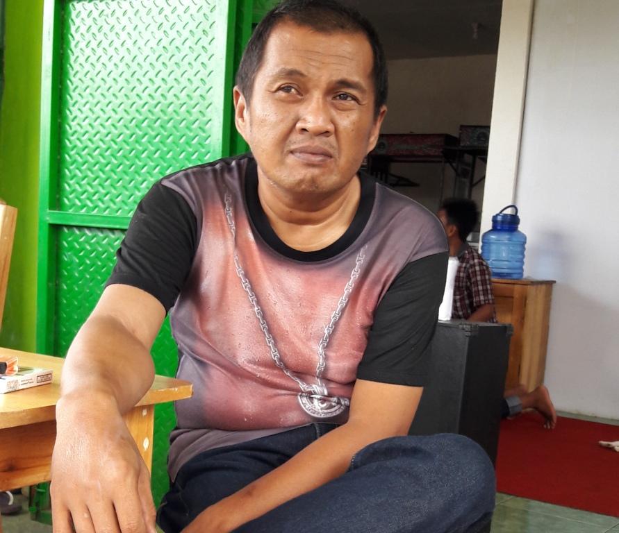 Rushan Rusli alias Aco, pemilik Warung Bakso Presiden dan Ice Cappucino di Bundaran Smart Pasangkayu, Matra. (Foto: Arham Bustaman)
