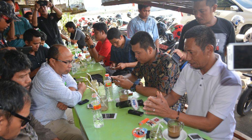 Tim media ABM-ENNY, Surgawan Askari (kanan, kaos putih) sedang beri 'arahan' kepada sejumlah wartawan, Mamuju, 14 Oktober 2016. (Foto: Andi Arwin)