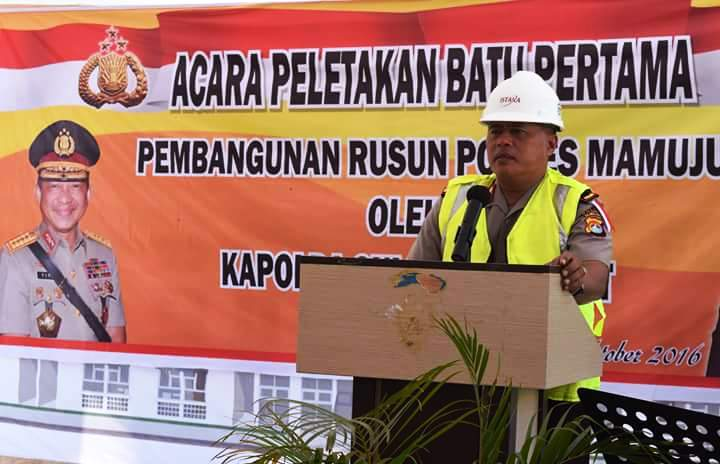 Kapolda Sulbar Brigjen Pol Lukman Wahyu Harianto sedang beri sambutan pada Acara Peletakan Batu Pertama Pembangunan Rusun Polres Mamuju, Kamis, 6 Oktober 2016. (Foto: Humas Polda Sulbar)