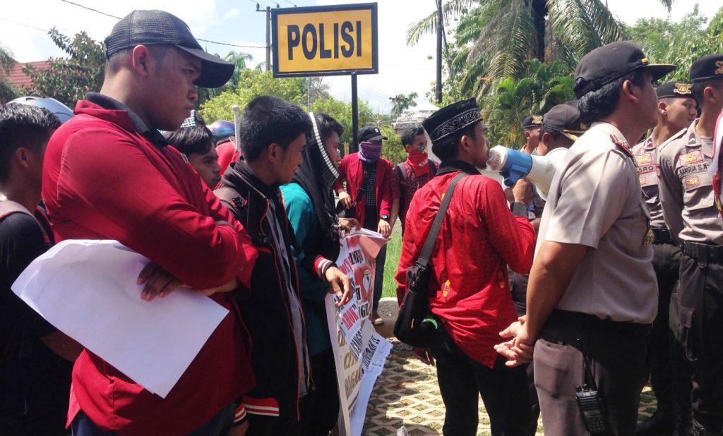 Mahasiswa IMM Mmauju sedang berdemo di depan Kantor Polda Sulbar, Jalan Ahmad Kirang, Mamuju, Senin, 17 Oktober 2016. (Foto: Fatir)