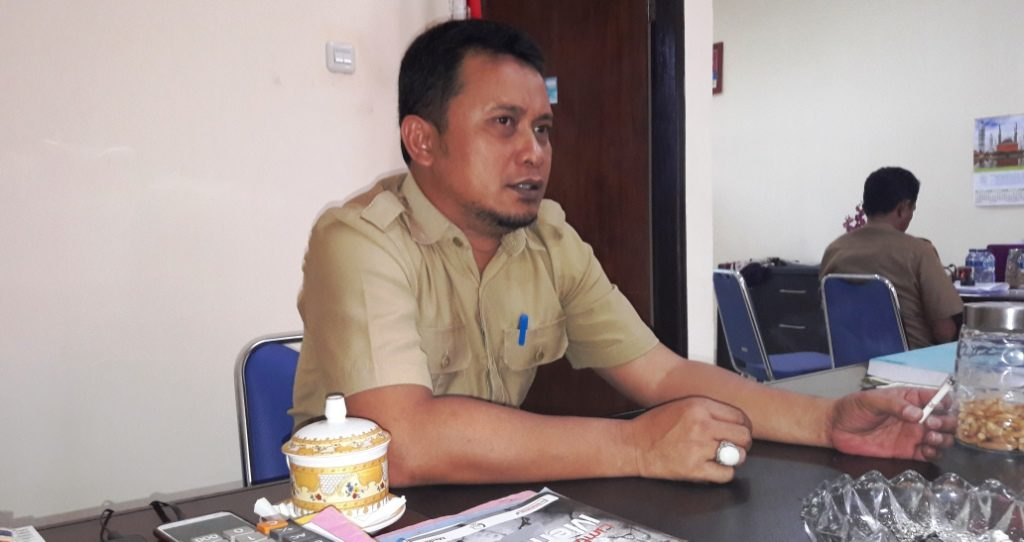 Pelaksana Tugas Dinas PU Matra, Budiansyah, ketika sedang berdiskusi dengan beberapa wartawan di Pasangkayu, beberapa waktu lalu. (Foto: Arham Bustaman)