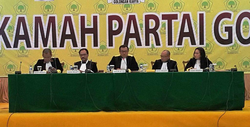 Rudi Alfonso, SH (Hakim Ketua-tengah) sedang memimpin sidang atas permohonan Haderana kepada Mahkamah Partai Golkar, Jakarta, Kamis, 27 Oktober 2016. (Foto: Robin)