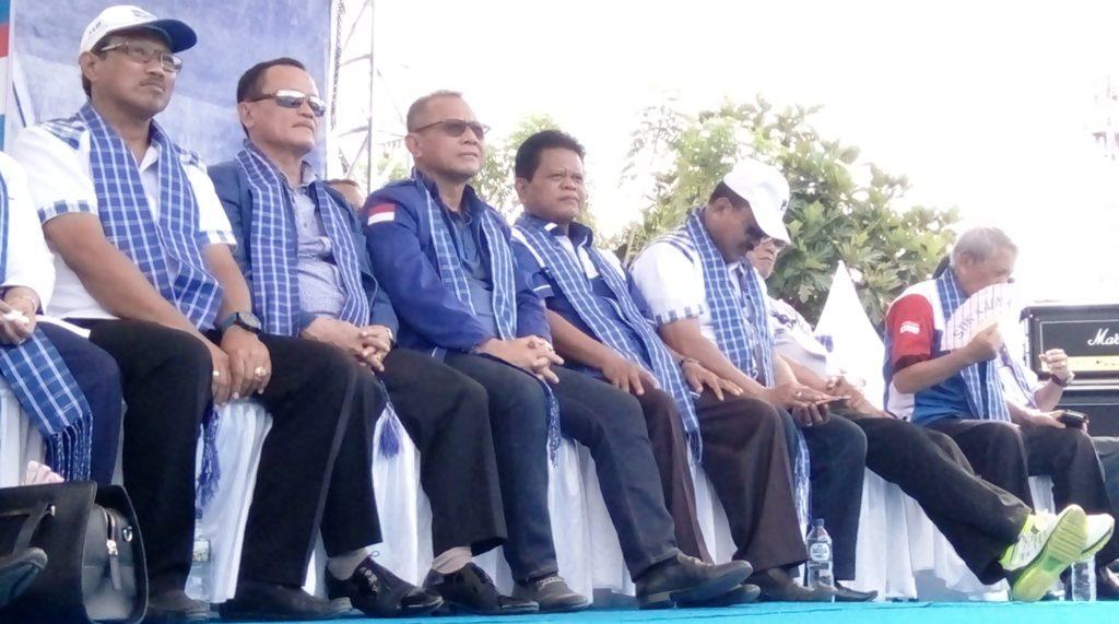 Tampak Andi Mappangara (kiri), Sekretaris DPD Partai Demokrat Sulbar yang juga Ketua DPRD Sulbar hadir dalam deklarasi pasangan SDK-KALMA di Desa Bala, Pambusuang, Polman, Minggu, 2 Oktober 2016. (Foto: Andi Arwin)