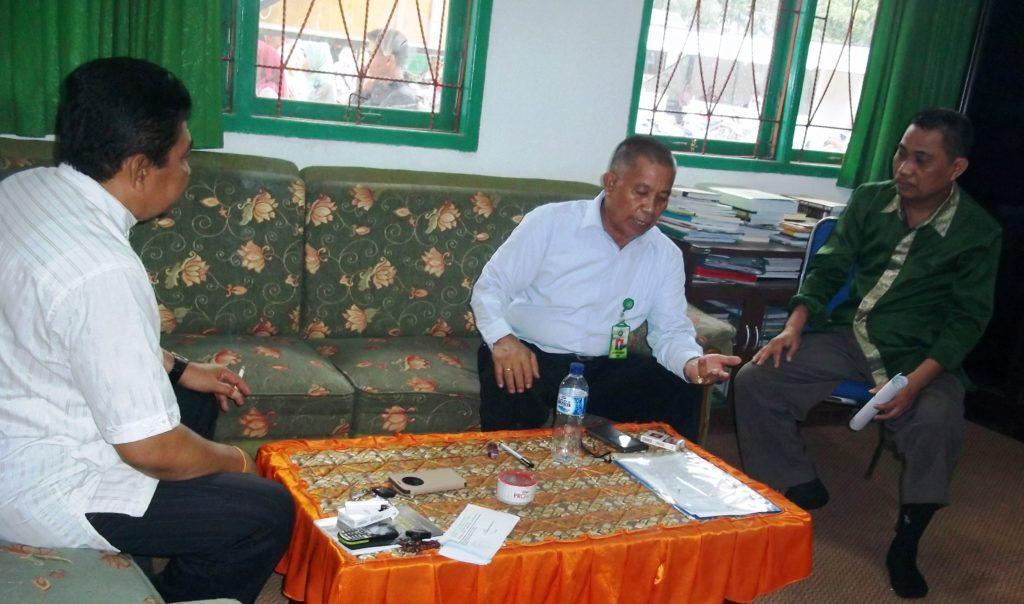 Rektor IAI DDI Polman Dr KH Anwar Sewang, MA (tengah) ketika beri keterangan pers di ruang kerjanya, Minggu, 9 Oktober 2016. (Foto: Burhanuddin HR)