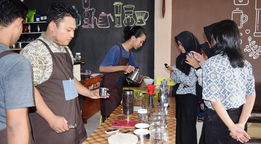 Empat orang siswa SMK Negeri Polewali sedang praktek di Kedai Kopi 89, Polewali, Polman, beberapa waktu lalu. (Foto: Burhanuddin HR)