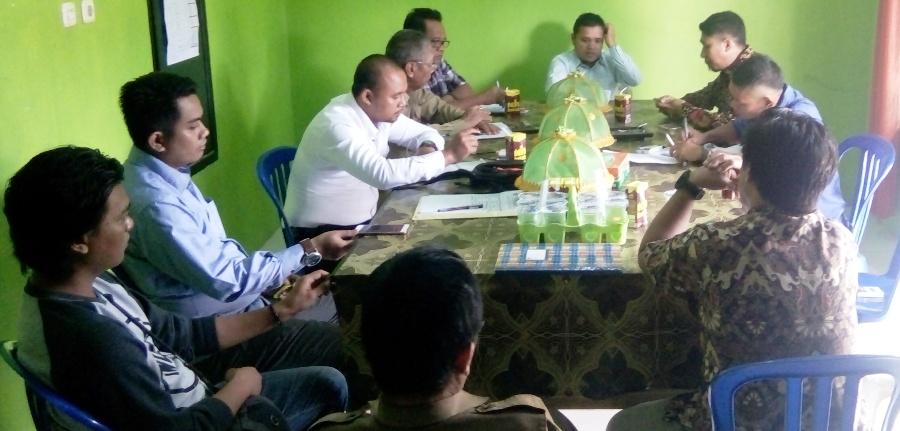 Rapat bersama di Kantor Panwaslu Mamuju, Senin, 14 November 2016. Rapat ini membahas APK paslon yang rusak. (Foto: Andi Arwin)
