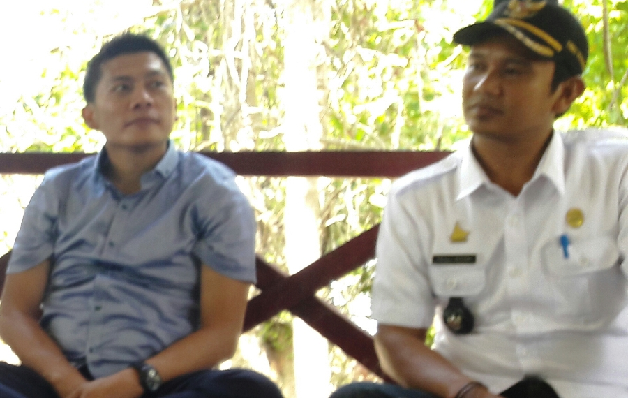 Anggota DPD RI Asri Anas (kiri) didampingi Kades Pangiang, Matra, Fadli Basri. (Foto: Arham Bustaman)