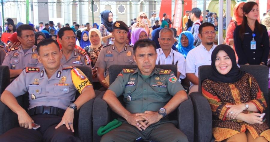 Ketua DPRD Mamuju St. Suraidah Suhardi (kanan) turut menghadiri acara Launching GKB di Anjungan Pantai Manakarra, Mamuju, Sabtu, 19 November 2016. (Foto: Humas Pemkab Mamuju)