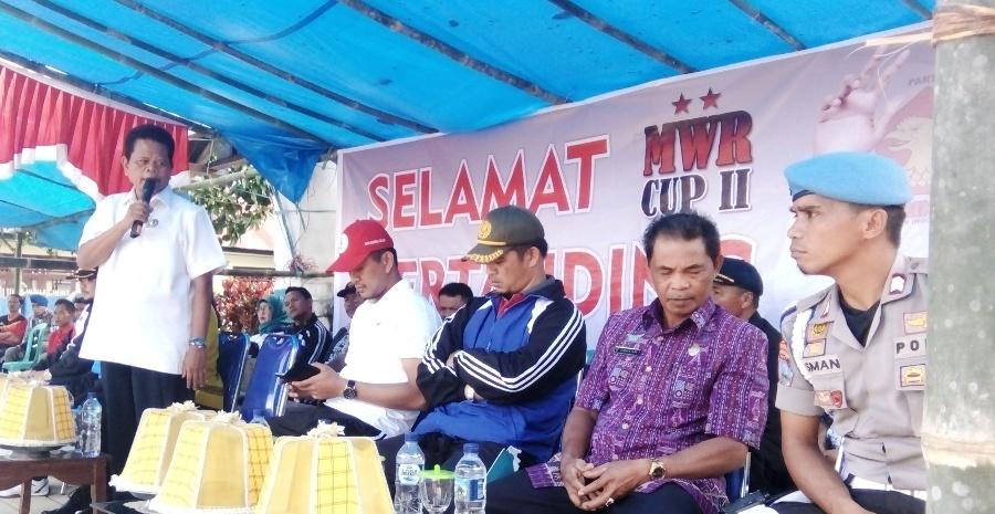 Bupati Mamasa Ramlan Badawi (berdiri) sedang beri sambutan dalam MWR Cup II di Lapangan Sepak Bola Mambi, Kamis, 17 November 2016. (Foto: Andi Arwin)