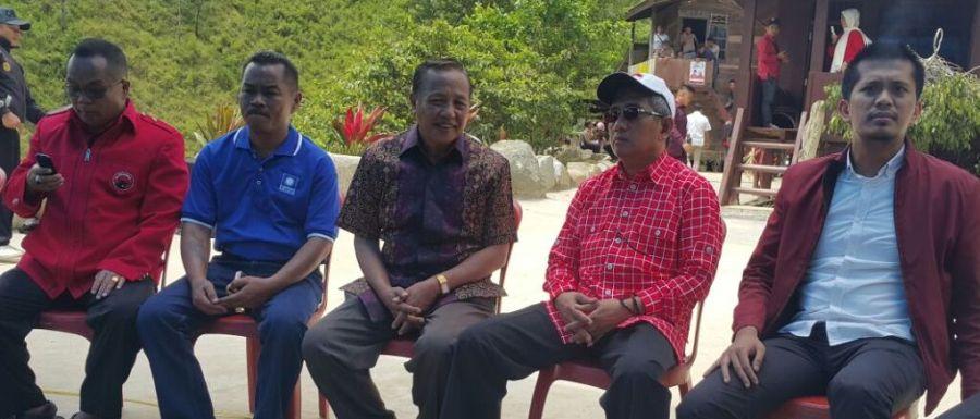 Wakil Ketua DPRD Sulbar Munandar Wijaya Ramlan (kanan) mendampingi Cagub Sulbar Ali Baal Masdar (ABM) selama kampanye di Mamasa, Kamis, 17 November 2016. (Foto: Ist.)