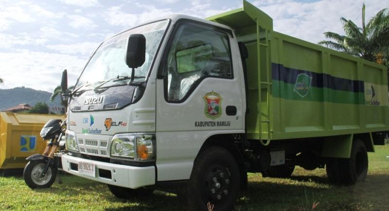 Mobil truk sampah bantuan Bank Sulselbar kepada Pemkab Mamuju dalam rangka dukungan program Mamuju Mapaccing. (Foto: Humas Pemkab Mamuju)
