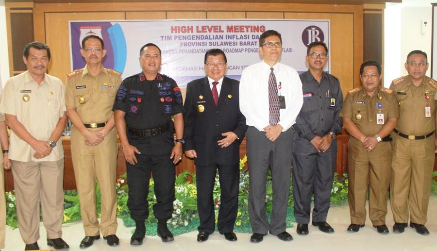 Foto bersama seusai rapat Tim TPID Sulbar dan Penandatanganan Roadmap Pengendalian Inflasi dan Launching PIHPS di Kantor Gubernur Sulbar, Senin siang, 14 November 2016. (Foto: Zulkifli)