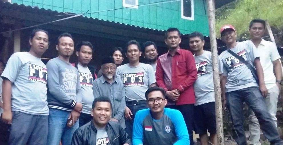 Bapak Baco' (yang di tengah-tengah yang tak muda lagi), diapit oleh segerombol pemuda dari KKB PUS Indonesia. Hadir pula dua legislator, Munandar Wijaya (kemeja batik merah) dan Imran, Selasa, 22 November 2016. (Foto: Zakir Akbar)