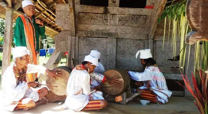 Tarian Burake diiringi oleh tabuhan gendang oleh sejumlah lelaki dewasa. Tarian ini mengundang decak kagum para penonton. (Foto: Frendy Cristian)