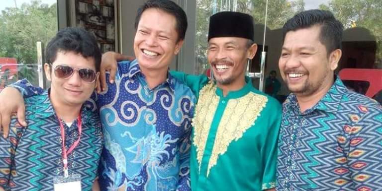 Mantan Calon Wakil Bupati Mamuju Haji Damris (dua dari kiri) dan Anggota DPRD Mamuju Muh. Imran (kanan) dalam sebuah acara KKB PUS Indonesia di Mamuju, beberapa waktu. (Foto: Ist.)