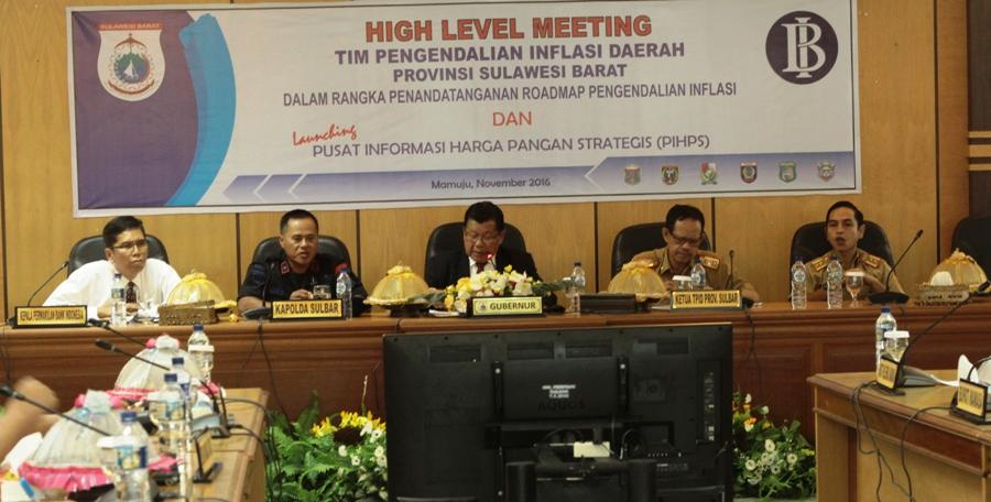Gubernur Sulbar Anwar Adnan Saleh (tengah) memimpin rapat Tim TPID Sulbar di Kantor Gubernur Sulbar, Senin siang, 14 November 2016. (Foto: Zulkifli)