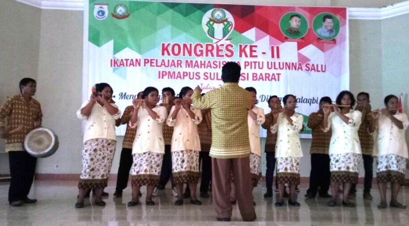 Kelompok kesenian musik bambu dari Pokkang, Mamuju, hadir menghibur Kongres II IPMAPUS Mamuju. (Foto: Andi Arwin)