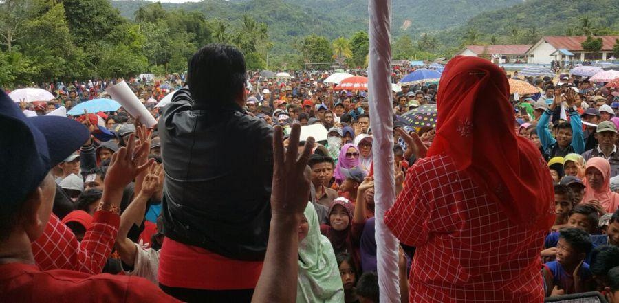 Yang tampak membelakangi kamera (kanan), Hj. Enny Anggraeni Anwar di Lapangan Sepak Bola Mambi, Kabupaten Mamasa, Selasa, 20 Desember 2016. (Foto: Net.)