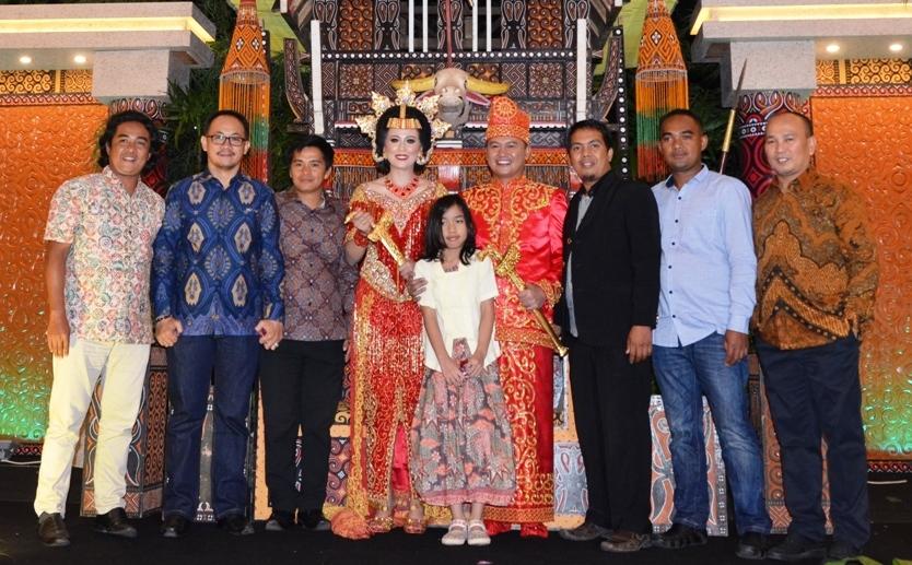 Tomi Lebang (kanan) salah satu Penulis di Indonesia hadiri pernikahan Ruxon dan Rolin, Makassar, Sabtu, 17 Desember 2016. (Foto: Sarman SHD)