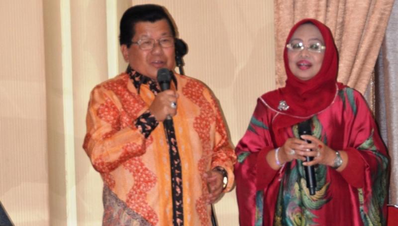 AAS dan Enny sedanh menghibur seluruh hadirin yang hadir dalam acara silaturahmi di Rumah Jabatan Gubernur Sulbar malam ini, Selasa, 3 Januari 2017. (Foto: Sarman SHD)