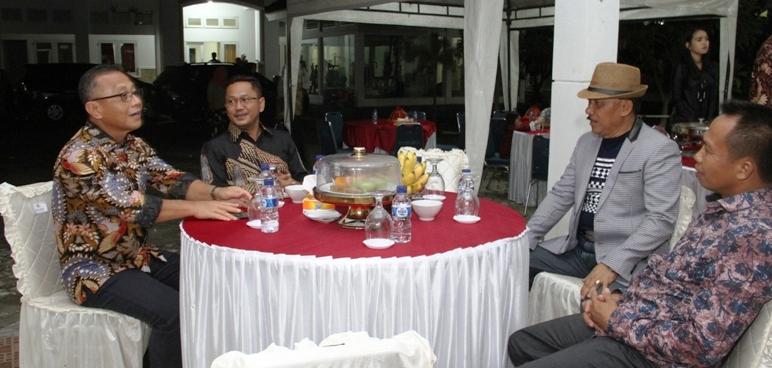 Dandim Mamuju M. Imran (kanan) hadir di Rumah Jabatan Sapota menjelang malam pergantian tahun, 31 Desember 2016. (Foto: Hasran)